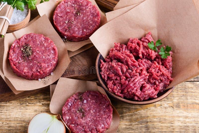 Organiska rå jordkotletter för nötköttkött- och hamburgarebiff arkivfoton