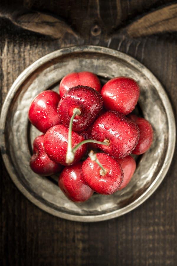 Organiska röda körsbär med sötvattendroppar som sommarbegrepp royaltyfri foto