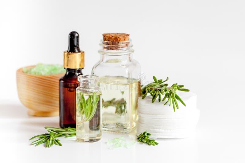Organiska skönhetsmedel med extrakter av örtrosmarin på vit bakgrund arkivbild