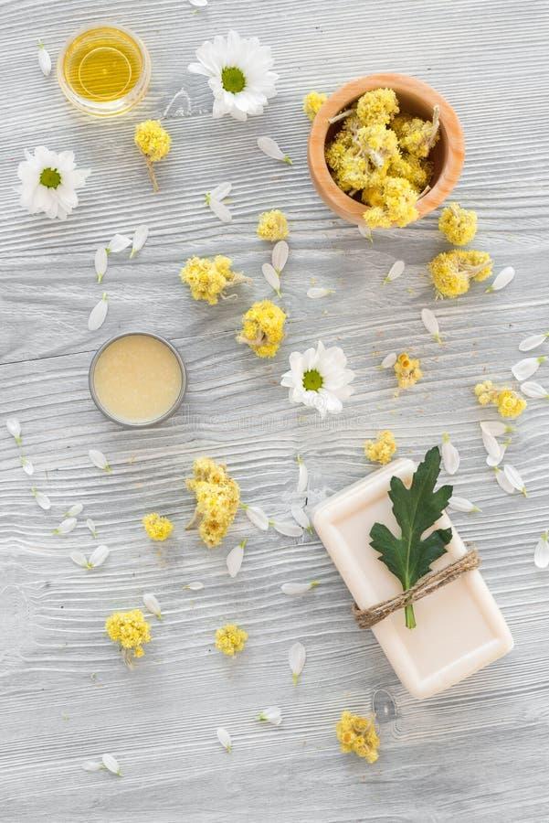Organiska skönhetsmedel med kamomill på bästa sikt för träbakgrund royaltyfri foto