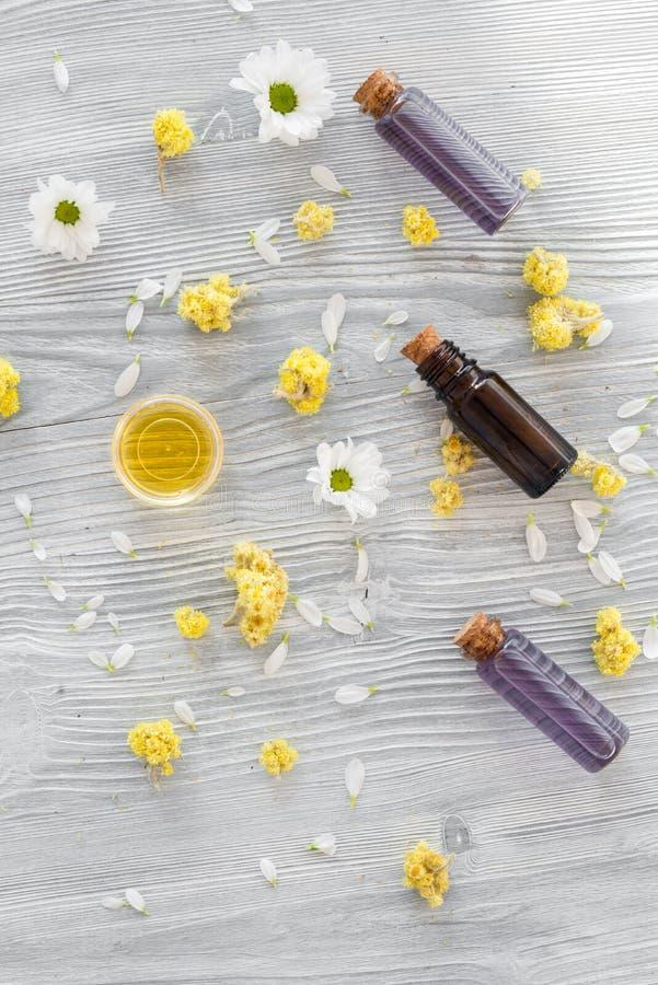 Organiska skönhetsmedel med kamomill på bästa sikt för träbakgrund arkivfoton