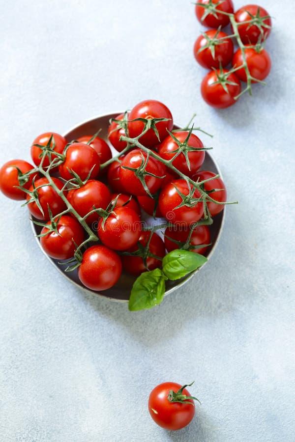 organiska tomater f?r Cherry arkivfoto
