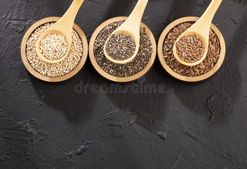 Organiskt frö av quinoaen, Flaxseed och Chia - Superfoods royaltyfria bilder