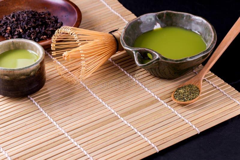 Organiskt gr?nt Matcha te i en bunke arkivbilder