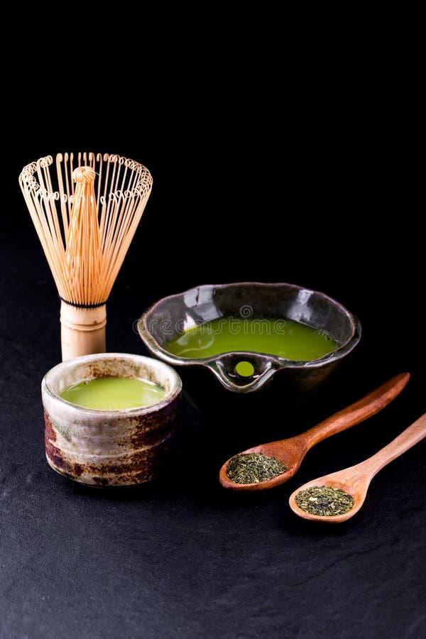 Organiskt gr?nt Matcha te i en bunke royaltyfria bilder