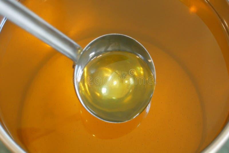 Organiskt kvalitets- bio för solrosolja och att blanda och hälla i en ståltrumma, för kall mat och stekt livsmedel som är sund royaltyfri bild