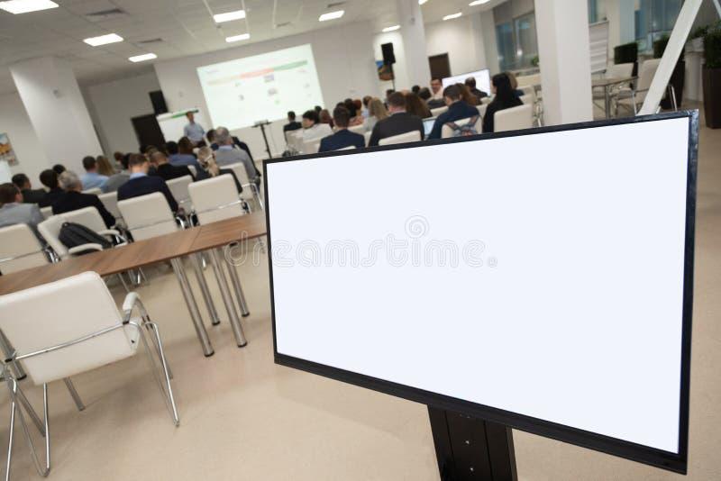 Organização do plano de desenvolvimento da exibição do monitor contra a sala do inconference da audiência Negócio da análise, con fotos de stock royalty free