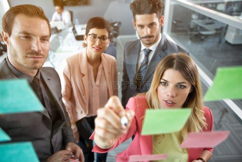 Organización creativa del equipo del negocio en las notas pegajosas foto de archivo