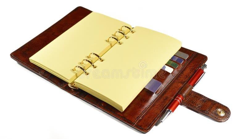 Organizador do negócio no couro marrom com os Yellow Pages vazios que colocam na tabela imagens de stock