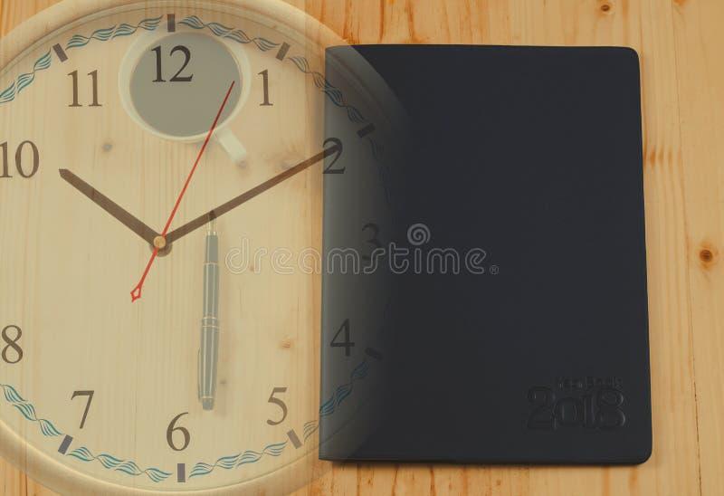 Organizador ou planejador pessoal com pena de fonte e tempo quente do café na tabela de madeira imagem de stock