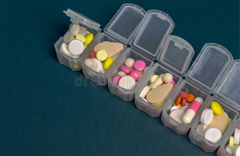 Organizador plástico para las tabletas las tabletas son rojas, blanco, ronda Primer imagen de archivo