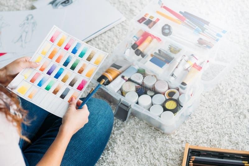 Organizzatore fine della pittura del campione di colore di signora della scuola di arte fotografie stock libere da diritti