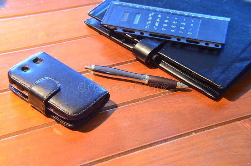 Organizzatore, penna e telefono cellulare immagini stock libere da diritti