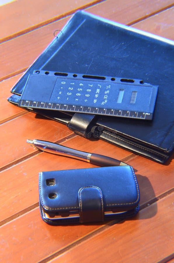 Organizzatore, penna e telefono cellulare immagine stock libera da diritti