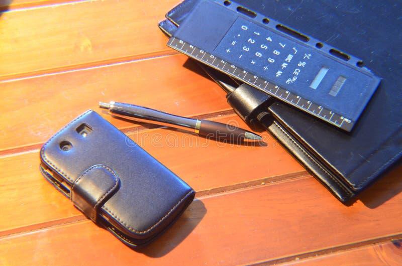 Organizzatore, penna e telefono cellulare fotografia stock