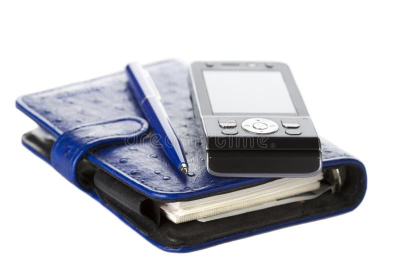Organizzatore, penna e telefono mobile isolati su bianco fotografia stock libera da diritti