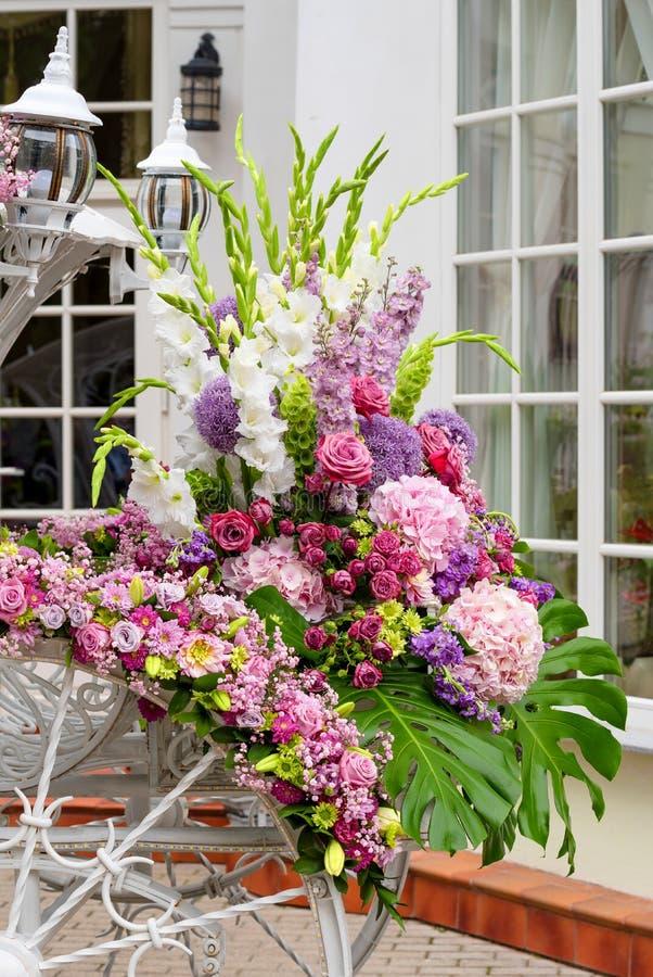 Organizzazione di fiori colorati per la parte matrimoniale fotografie stock