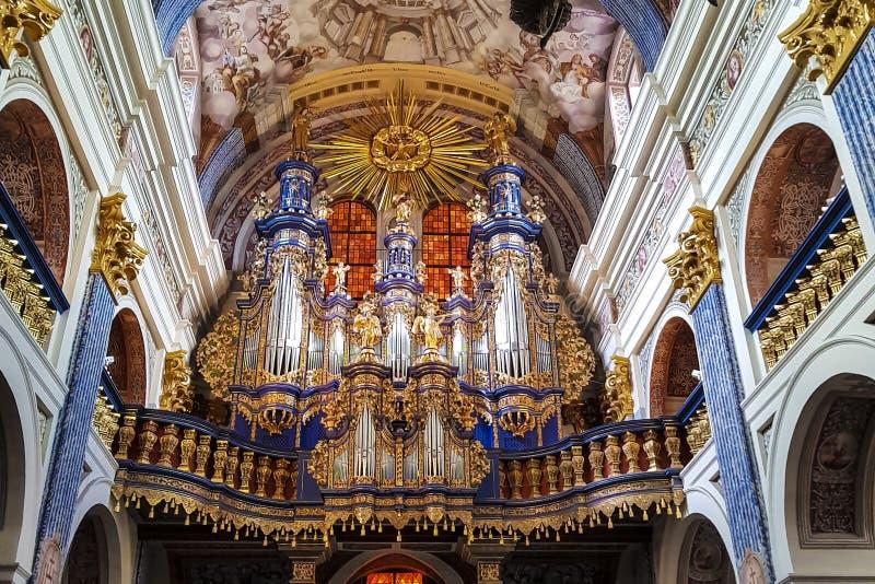 Organo gigante in una chiesa splendida fotografie stock