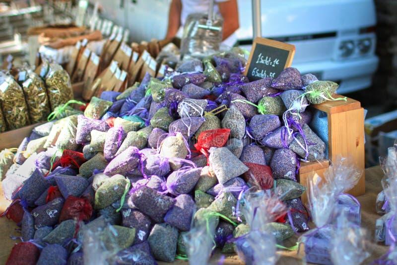 Organzapåse, påsar av lavendelfrö, naturlig anstrykning för hem royaltyfri bild