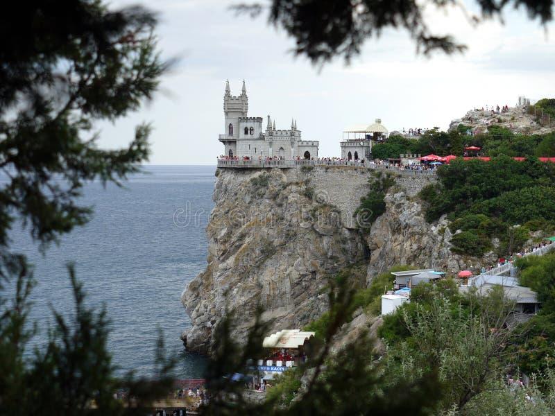 Orgomousaantal toeristen dichtbij de mooie Krimoriëntatiepunten Slik `s nest, de Krim, de Oekraïne royalty-vrije stock afbeeldingen