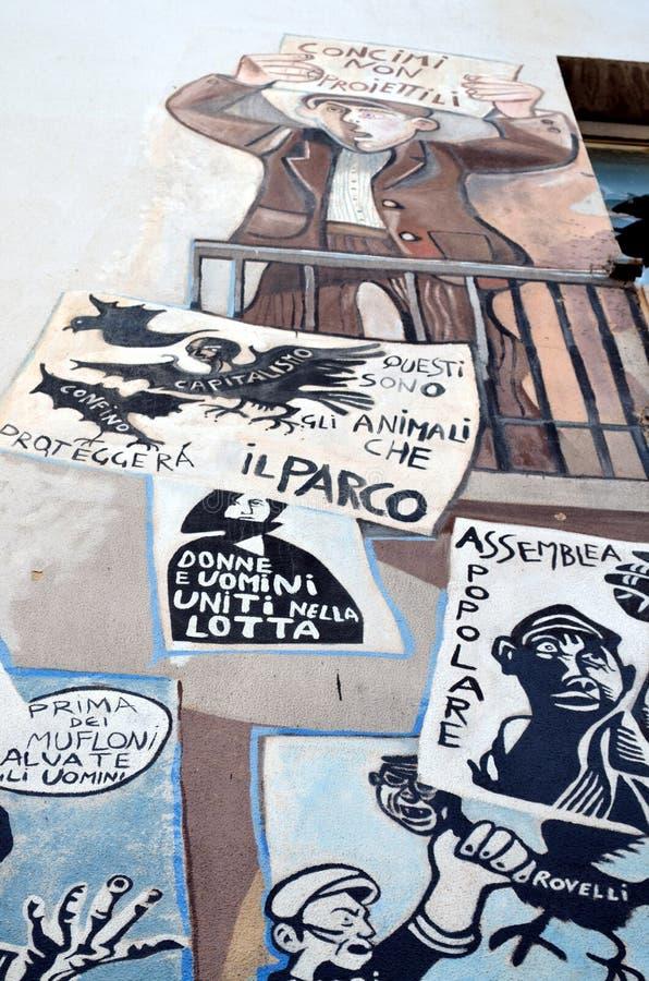 ORGOSOLO ITALIEN am 4. Oktober 2015 Murales in Orgosolo Italien, da ungefähr 1969 die Wandbilder verschiedene Aspekte von Sardini lizenzfreies stockfoto