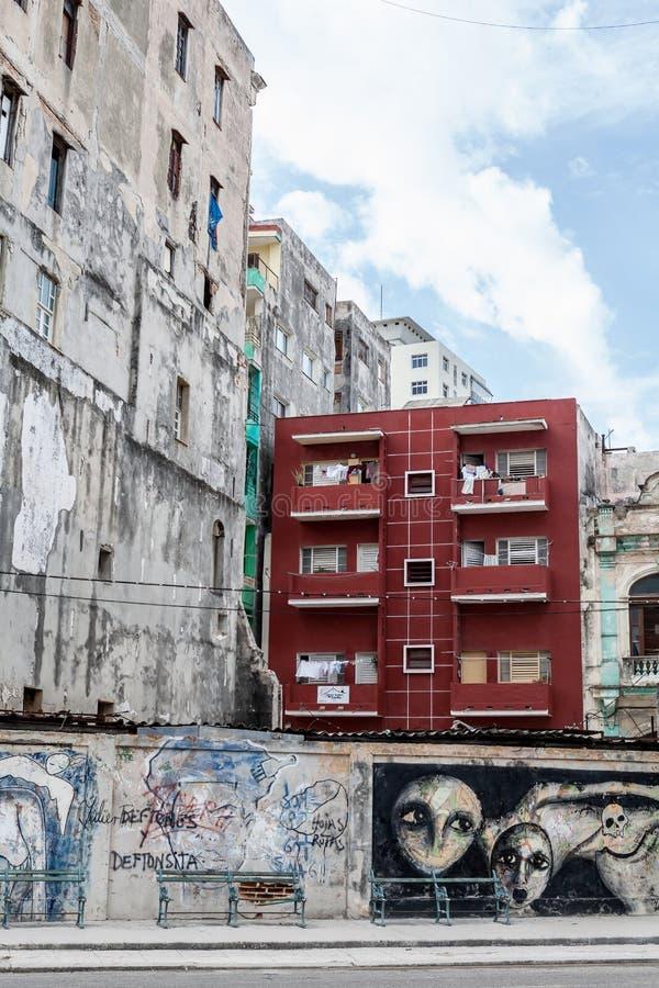 Orgulho da posse mostrado com construção bem mantida ao lado da arquitetura velha imagens de stock