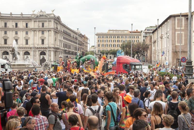 Orgulho de Roma 2015 - Pride Italy alegre - multidões de participantes imagens de stock royalty free