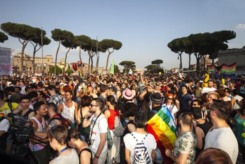 Orgulho de Roma 2015 - Pride Italy alegre - multidões de participantes imagem de stock royalty free