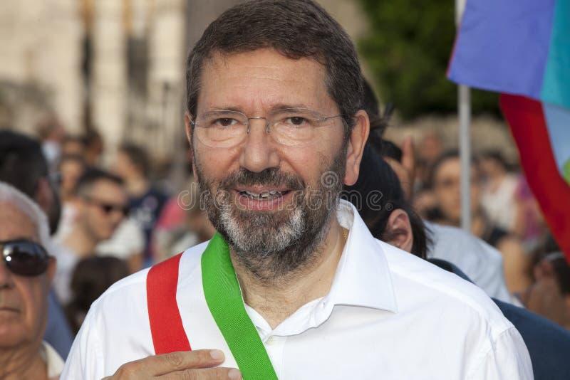 Orgulho de Roma 2015 - Pride Italy alegre - o prefeito de Roma Marino no início da parada imagem de stock
