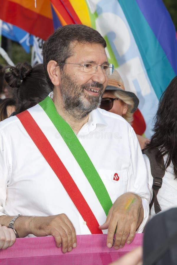 Orgulho de Roma 2015 - Pride Italy alegre - o prefeito de Roma Marino no início da parada foto de stock royalty free