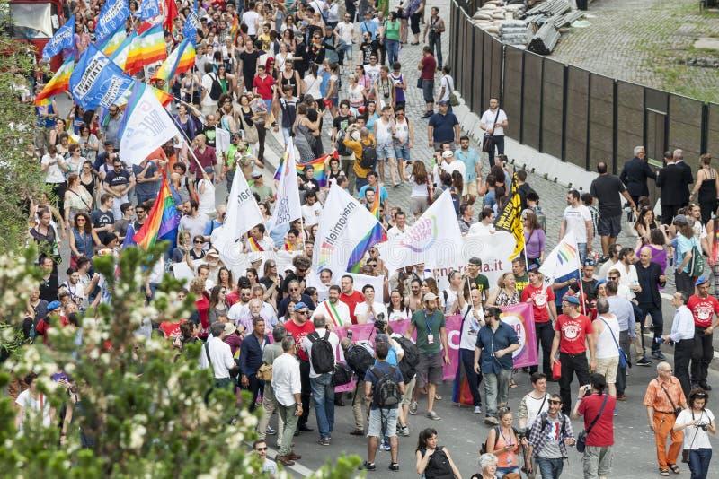 Orgulho de Roma 2015 - Pride Italy alegre - o prefeito de Roma no início da parada fotos de stock royalty free