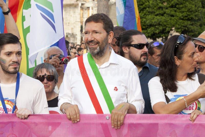 Orgulho de Roma 2015 - Pride Italy alegre - o prefeito de Roma no início da parada foto de stock