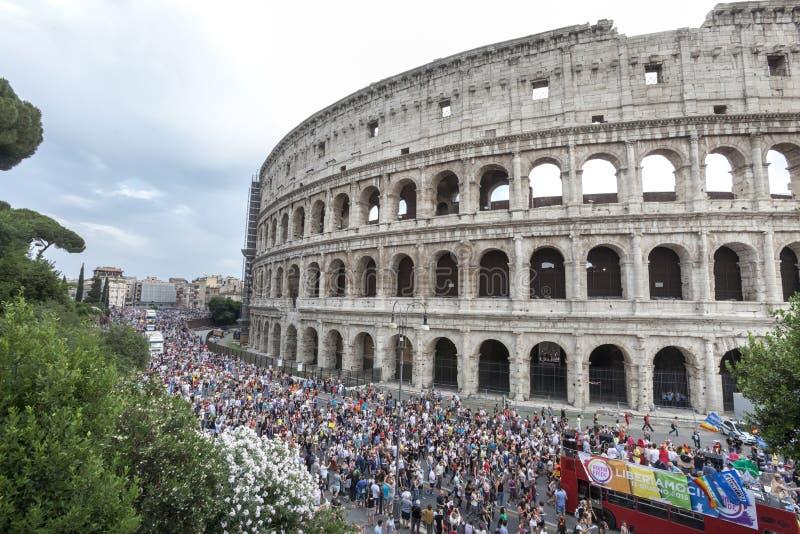 Orgulho de Roma 2015 - Pride Italy alegres - Colosseum imagens de stock