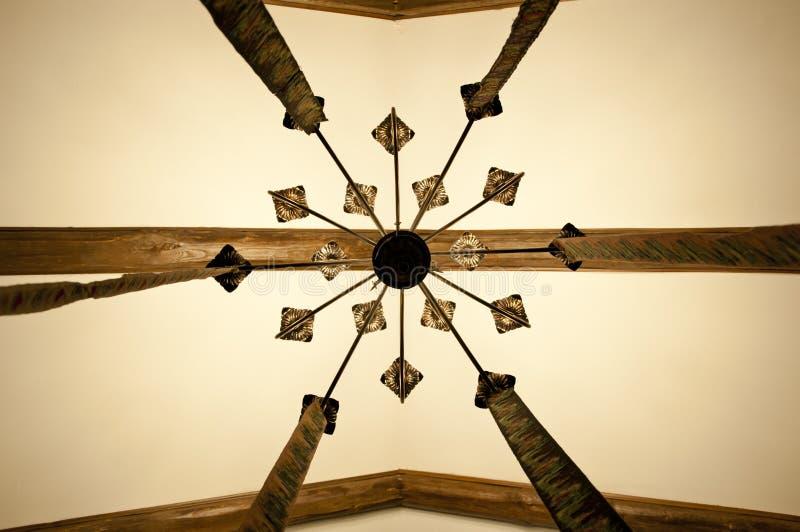 Orgulho do teto Teto do feixe de madeira Teto velho Lâmpada decorativa que pendura do teto i vintage imagens de stock royalty free