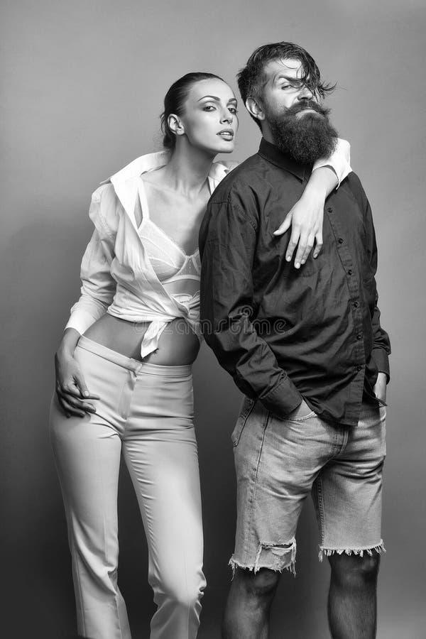 Orgulho masculino pares à moda novos no estúdio fotos de stock royalty free