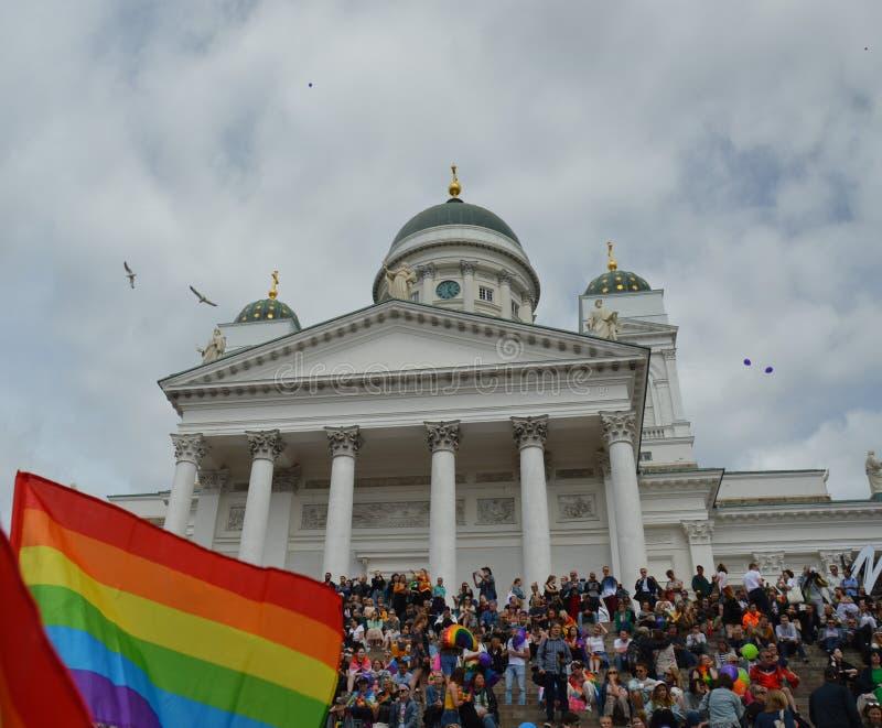 Orgullo 2019 de Helsinki - una bandera del arco iris con la catedral de Helsinki fotografía de archivo libre de regalías