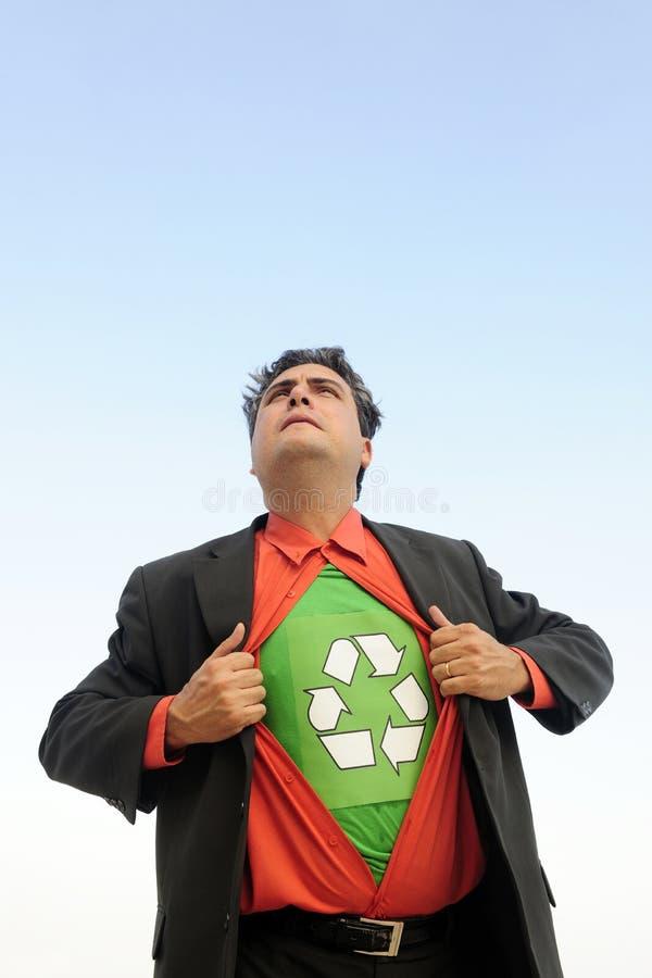 Orgulloso reciclar: el hombre de negocios es un héroe de reciclaje foto de archivo libre de regalías