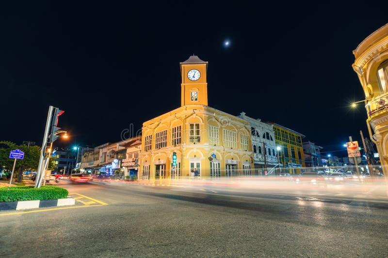 Oriëntatiepunt van de Gele klokketorenbouw met verkeer op crossway bij nacht royalty-vrije stock foto's