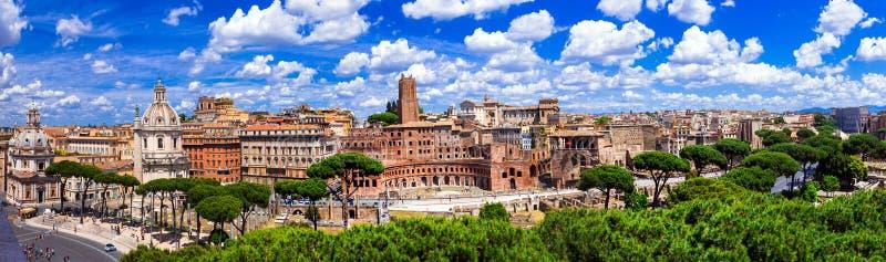 Oriëntatiepunten van Rome Panorama van piazza Venezia en Trajan stock afbeelding