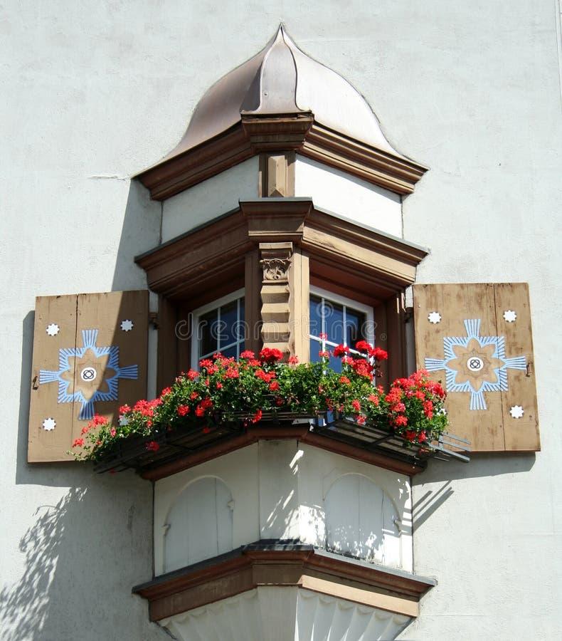 Oriel okno z kwiatów pudełkami  obrazy stock