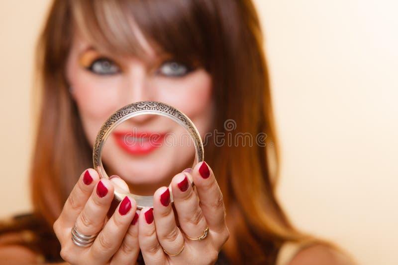 Orient flicka med makeupvisningarmleten arkivfoton