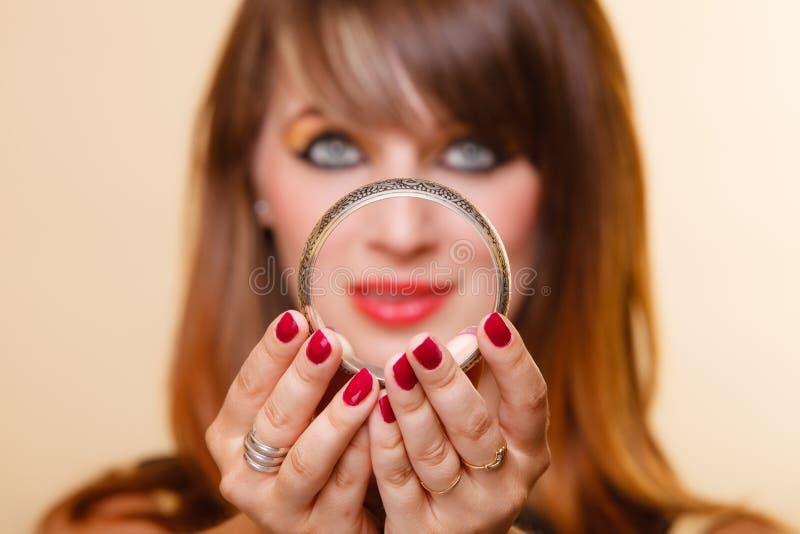 Orient flicka med makeupvisningarmleten royaltyfria foton