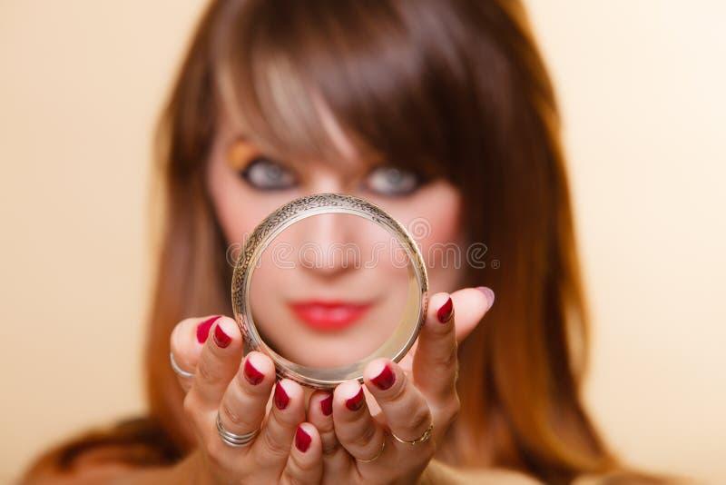 Orient flicka med makeupvisningarmleten arkivbilder