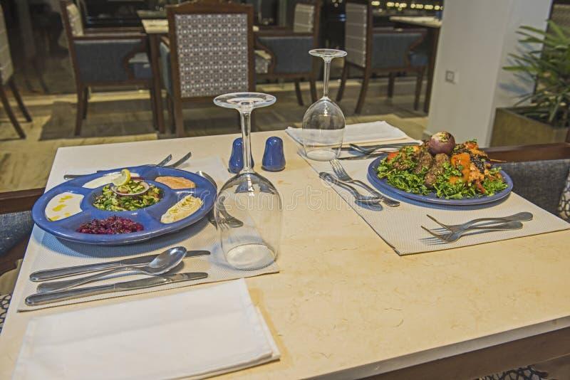 Oriental mieszane grill i posiłek z sałatki w restauracji la carte obrazy stock