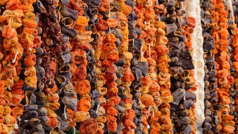 Orientale aromatizza le verdure seccate al sole al mercato turco della drogheria fotografia stock libera da diritti