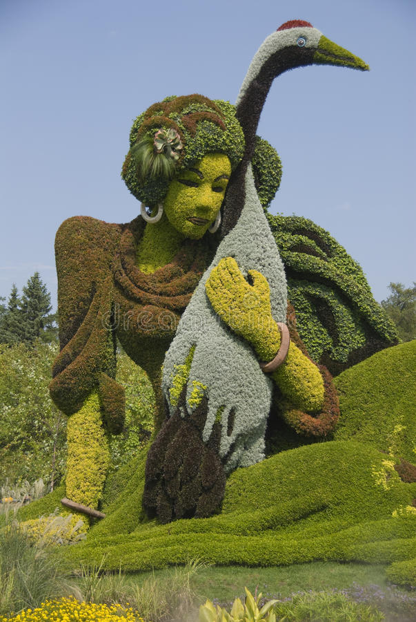 Orientalische Dame mit Storch, botanische Skulptur. lizenzfreies stockfoto