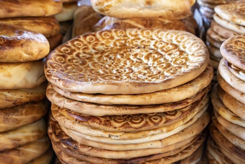 Orientalische flache Kuchen verziert mit Mustern und Samen stockfotos