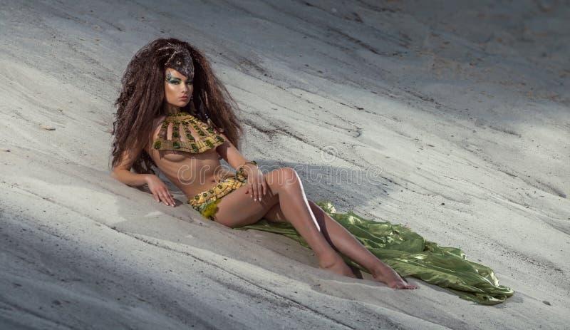 Orientalische Frau im ethnischen Kostüm in der Wüste lizenzfreie stockbilder