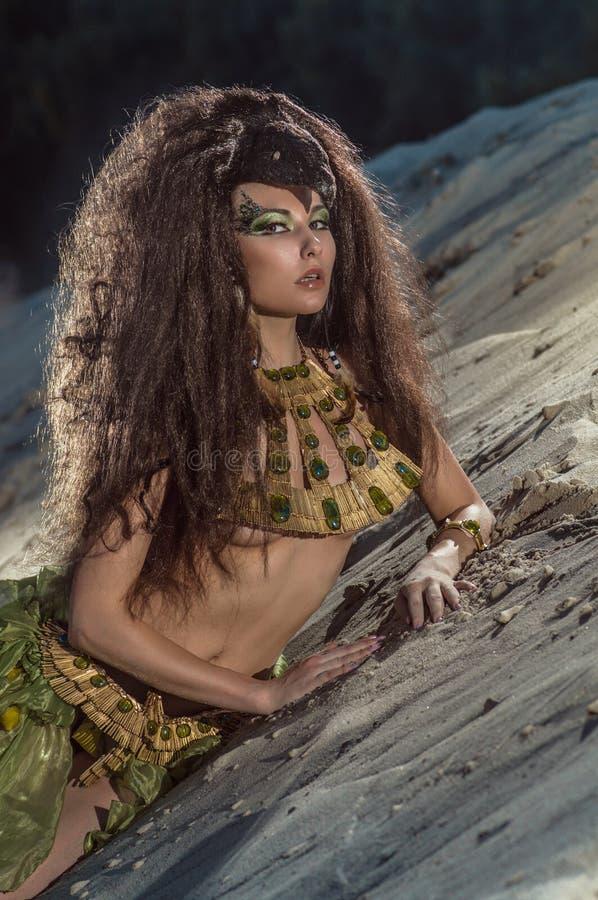 Orientalische Frau im ethnischen Kostüm in der Wüste stockfotos