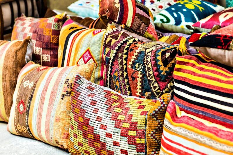 Orientalische Kissen orientalische kissen stockfoto bild innen markt 56976736